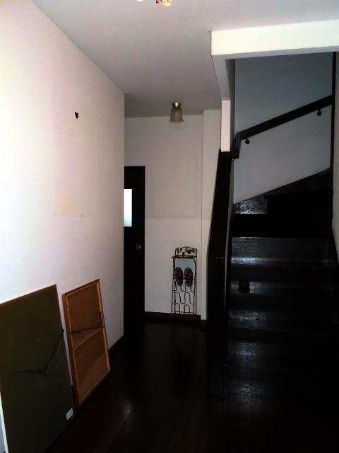 玄関ホールクロス貼り替え前